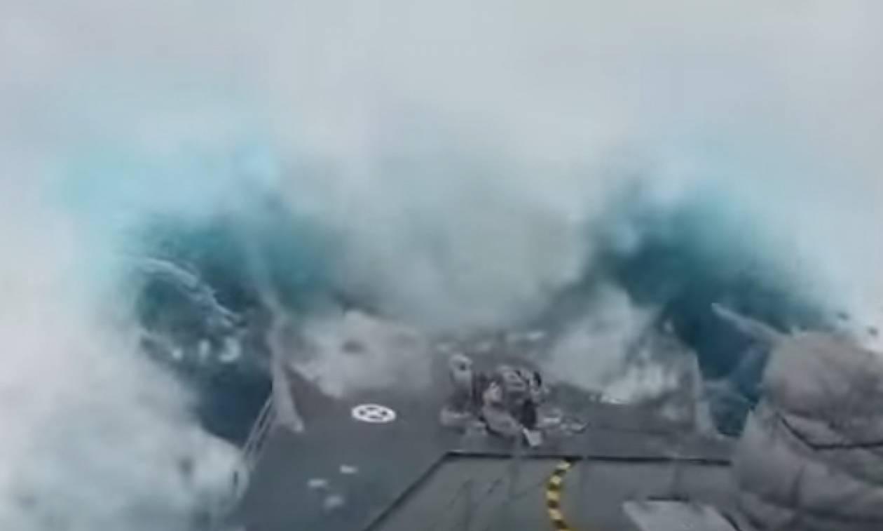 Θα σας πιάσει ίλιγγος! Πολεμικό πλοίο ταξιδεύει σε κύματα 20 μέτρων (video)