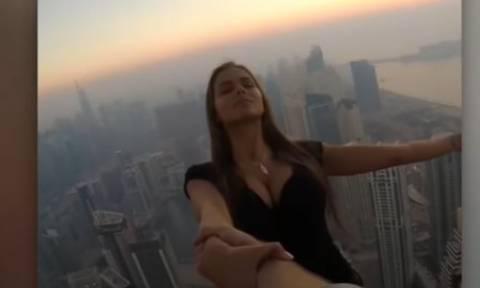 Φωτογραφήθηκε να κρέμεται από ουρανοξύστη για να εντυπωσιάσει στα social media