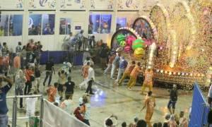 «Ματωμένο» καρναβάλι στο Ρίο ντε Τζανέιρο: Άρμα έπεσε πάνω σε θεατές (pics+vid)