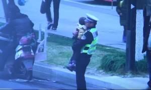 Συγκινητικό βίντεο: Τροχονόμος ρυθμίζει την κίνηση κρατώντας αγκαλιά έναν 5χρονο θύμα τροχαίου