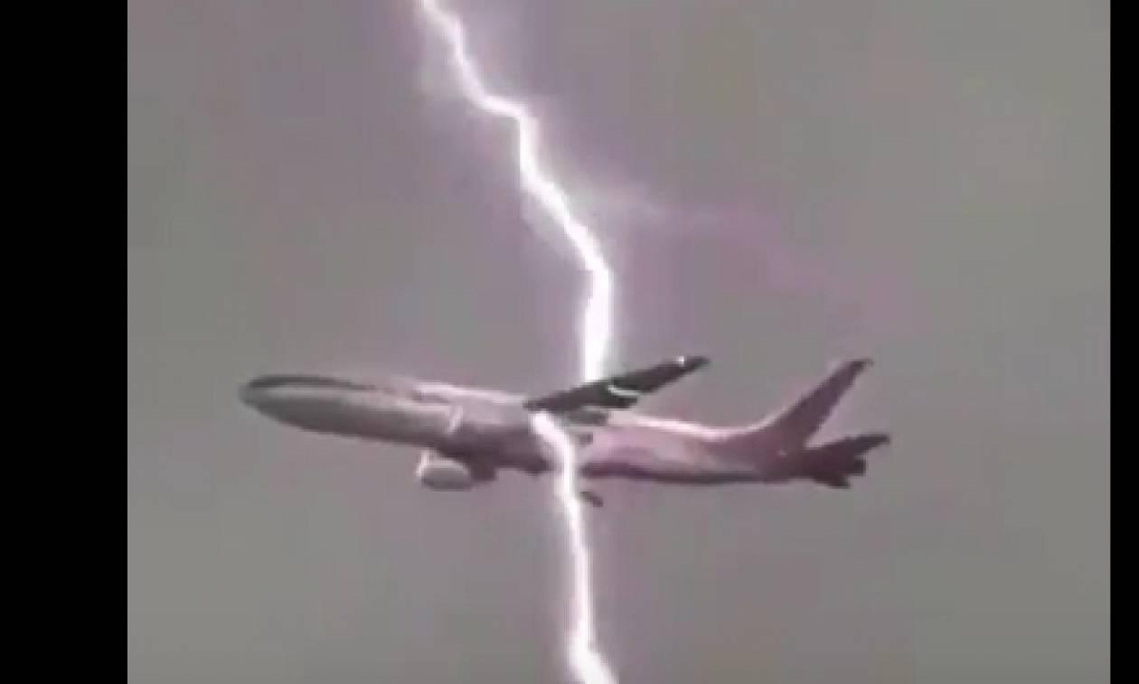 Θα πάθετε σοκ: Κεραυνοί χτυπούν αεροπλάνο στον αέρα (video)