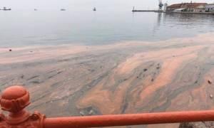 Θεσσαλονίκη: «Βάφτηκε» κόκκινος ο Θερμαϊκός