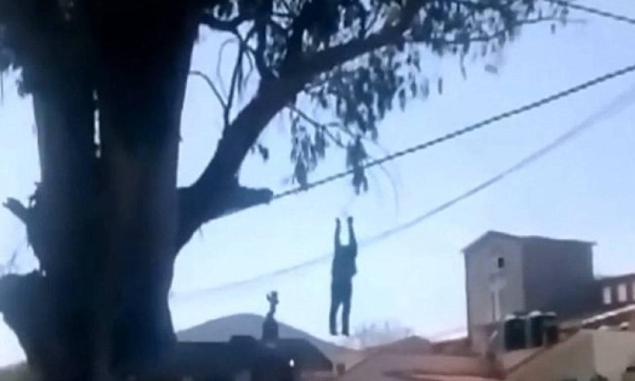 Σκληρό βίντεο: Τον έπιασαν να κλέβει και τον κρέμασαν από δέντρο