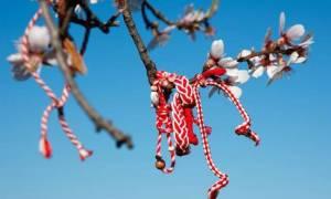 Το βραχιολάκι του Μαρτίου: Γιατί σήμερα φοράμε «Μάρτη» φτιαγμένο από άσπρη και κόκκινη κλωστή;