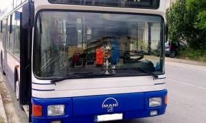 Συναγερμός στην Πάτρα: Λεωφορείο κρεμόταν το μισό στη θάλασσα