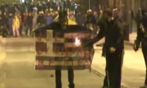 Στα χέρια της αστυνομίας ο 21χρονος που είχε κάψει την Ελληνική σημαία στις 17 Νοεμβρίου
