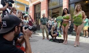 Γιατί μοντέλα στην Κούβα βγήκαν στο δρόμο φορώντας μόνο... φύλλα μαρουλιού; (vid)