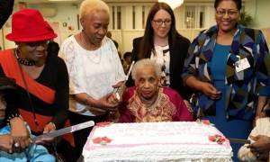 Μεγάλες εικόνες: Τρεις αιωνόβιες γιαγιάδες γιόρτασαν μαζί τα γενέθλιά τους και έσβησαν… 303 κεράκια