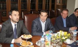 Συνάντηση Τσίπρα με εκπροσώπους εργαζόμενων και συμβασιούχων