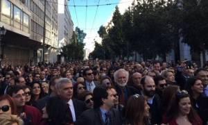 Euobserver: Οι δανειστές υπονομεύουν τα δικαιώματα των Ελλήνων εργαζομένων