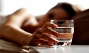 Πίνετε νερό από το ποτήρι που έχετε δίπλα σας όλη νύχτα; Σταματήστε αμέσως!