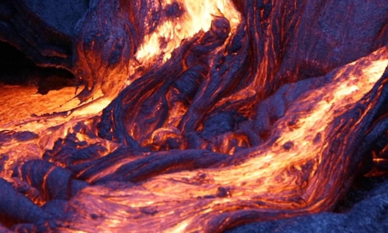 Εντυπωσιακές εικόνες από το ηφαίστειο που βγάζει μπλε λάβα!