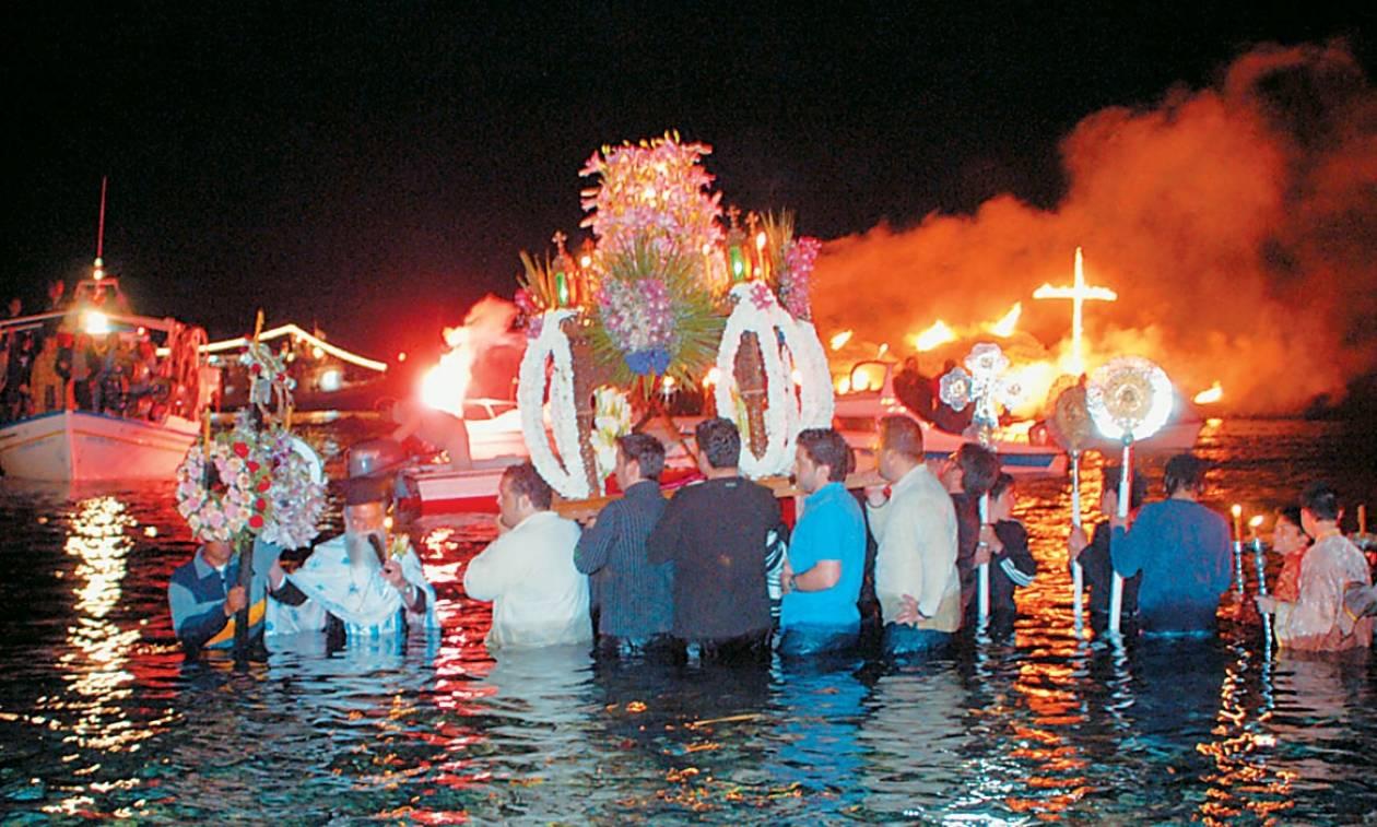 Η Τήνος γιορτάζει με παραδοσιακό χρώμα και τους Επιτάφιους να… μπαίνουν στη θάλασσα! (Pics)
