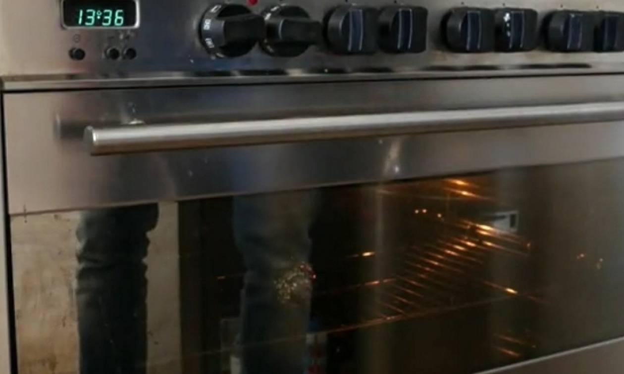 Πήρε ένα αβοκάντο και το έβαλε στο φούρνο. Το αποτέλεσμα θα σας εντυπωσιάσει... (video)