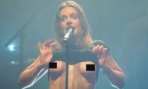 Τραγουδίστρια έδειξε το στήθος της πάνω στη σκηνή (video)