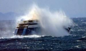 Βίντεο που προκαλεί δέος και τρόμο: Τεράστια κύματα «καταπίνουν» το Blue Star Paros! (video)