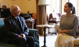 Σάλος: H Αντζελίνα Τζολί χωρίς σουτιέν συναντήθηκε με Αρχιεπίσκοπο (Pics)