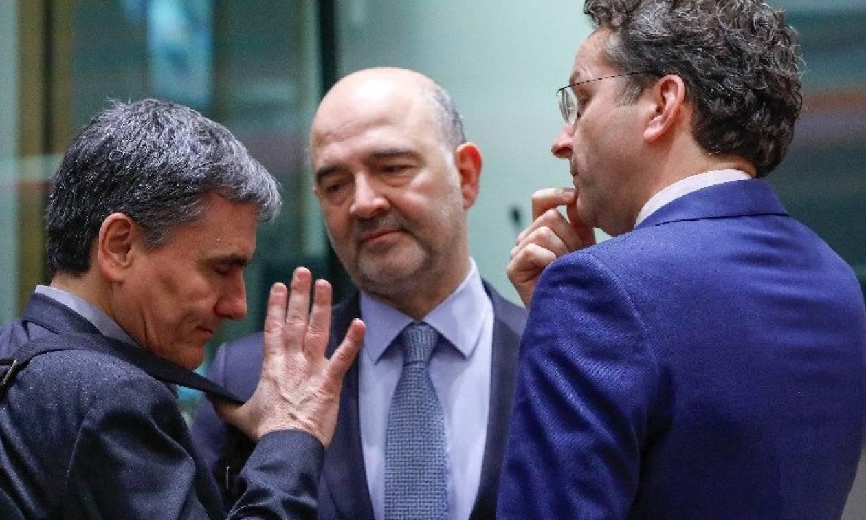 Απίστευτη φωτογραφία: Ο Τσακαλώτος «ικετεύει» τον Ντάισελμπλουμ στο Eurogroup!