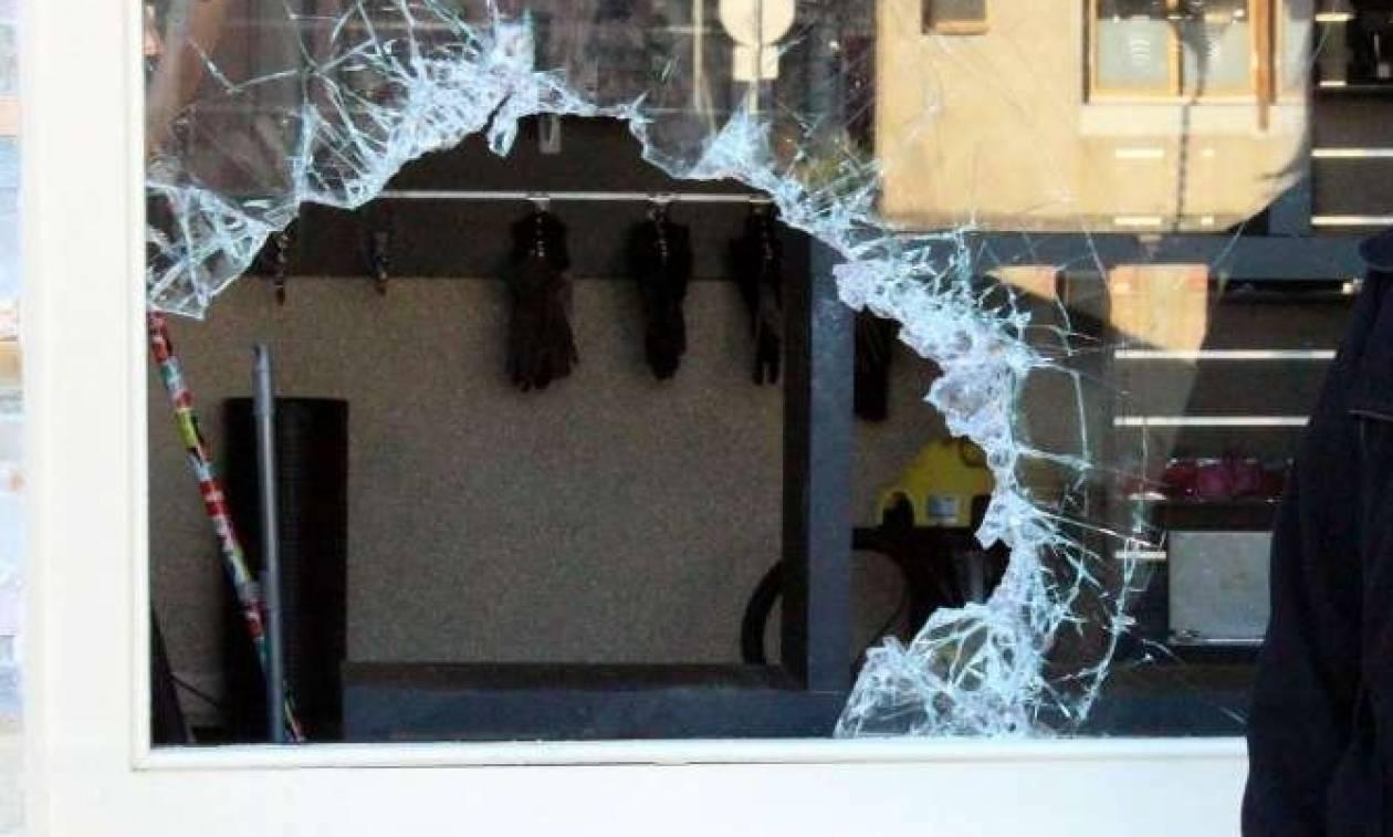 Γαλλία: Ληστής «φράκαρε» στην τρύπα που άνοιξε σε βιτρίνα καταστήματος (pic)