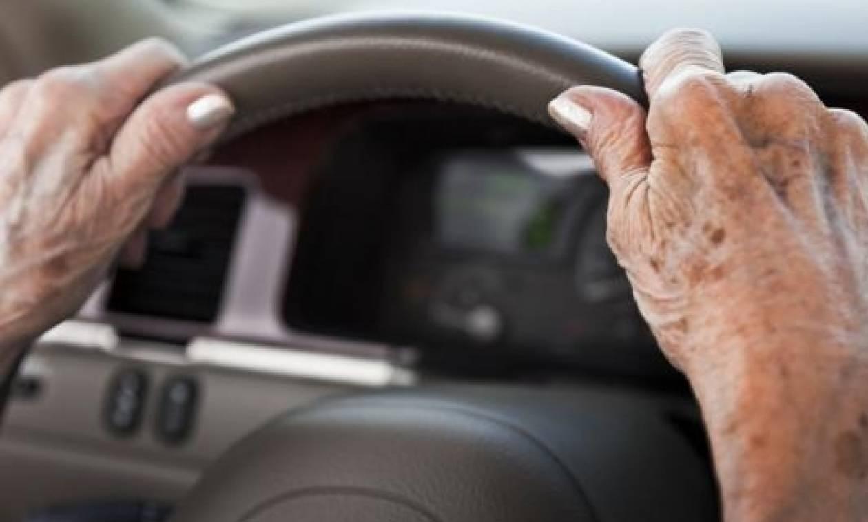 Οι ηλικιωμένοι που παραδίδουν το δίπλωμα οδήγησης θα κερδίζουν έκπτωση στην κηδεία τους!