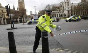 Τρομοκρατική επίθεση Λονδίνο: Φωτογραφίες - σοκ έξω από το βρετανικό κοινοβούλιο