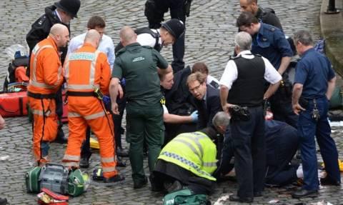Επίθεση Λονδίνο: Θαρραλέος βουλευτής έτρεξε να δώσει το φιλί της ζωής στον μαχαιρωμένο φρουρό (pics)