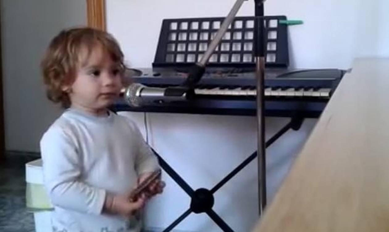 Απίθανος μπέμπης τραγουδάει με φυσαρμόνικα στα χέρια και το διαδίκτυο... λιώνει (video)