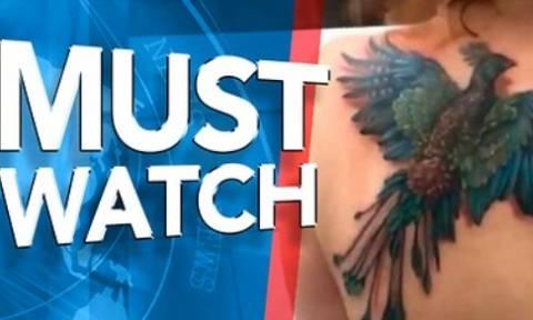 Εκανε ένα τεράστιο πουλί - τατουάζ στην πλάτη της. Μόλις σηκώνει τους ώμους της εκείνο... (video)