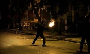 Στο... πόδι και πάλι η Αθήνα τα ξημερώματα από τις «μάχες» νεαρών με αστυνομικούς