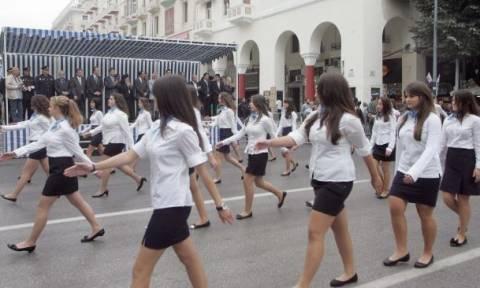25η Μαρτίου: Η ξυπόλυτη μαθήτρια που παρέλασε στη Θεσσαλονίκη, με τα παπούτσια στο χέρι (video)