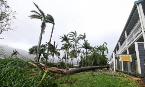 Cyclone Debbie: 'Monster' storm batters Australia