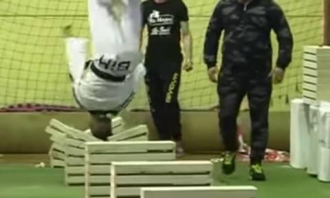 Απίστευτο: Έσπασε με το κεφάλι του 111 τσιμεντότουβλα μέσα σε 35 δευτερόλεπτα (vid)