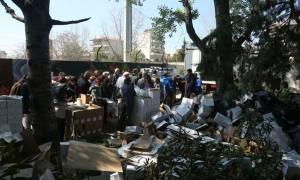 Θεσσαλονίκη: Τεράστιες ουρές για λίγα δωρεάν τρόφιμα (pics)
