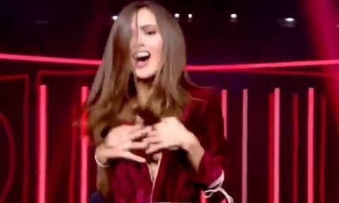 Χαμός σε ζωντανή μετάδοση: Παίκτρια αποκάλυψε το πλούσιο στήθος της στον αέρα για δεύτερη φορά (vid)
