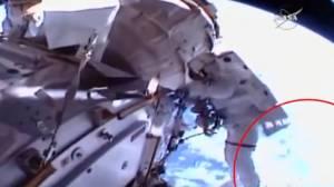 Συγκλονιστικό: Αστροναύτες χάνουν στο διάστημα εξάρτημα του Διεθνούς Διαστημικού Σταθμού (video)