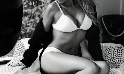 Αυτή είναι η πιο καυτή Ελληνίδα παρουσιάστρια με αποκαλυπτικές πόζες!