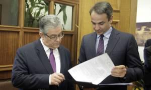 Τι συζήτησαν Μητσοτάκης - Κουτσούμπας στη Βουλή (pics)