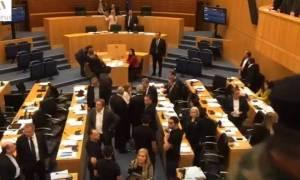 Ένταση στη Βουλή - Αποχώρησαν ΔΗΣΥ-ΑΚΕΛ: Πέταξε τους πολίτες έξω ο Συλλούρης (vid)
