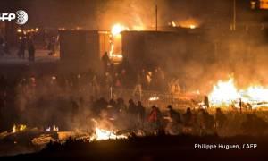 Γαλλία: Σφοδρές συγκρούσεις μεταναστών στη Μάγχη – Στάχτη έγινε το στρατόπεδο συγκέντρωσης (Vid)