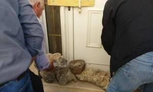 Εξαγριωμένοι αγρότες έχτισαν με πέτρες το δασαρχείο Καλαμάτας (photos)