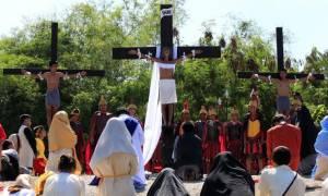 Φιλιππίνες: H σοκαριστική αναπαράσταση της Σταύρωσης που διχάζει (pic+vid)