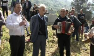 Ρίγη συγκίνησης στη Θεσπρωτία: Με κλαρίνα στο νεκροταφείο (video)