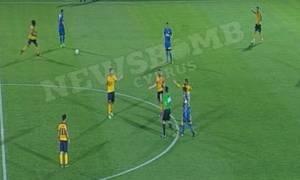 ΑΕΛ-ΑΠΟΕΛ: Δεν ξανάγινε! Παίκτης της ΑΕΛ δέχθηκε κόκκινη για φάουλ στο... διαιτητή! (video)