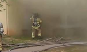 Πυροσβέστης έπιασε μωρό που πέταξαν από το παράθυρο φλεγόμενου κτιρίου (vid)
