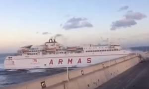 Καρέ - καρέ η απίστευτη πρόσκρουση πλοίου σε λιμάνι (vid)