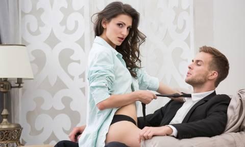 ΣΕΞ: 6 απίθανα πράγματα που προσέχουν οι γυναίκες σε έναν άνδρα