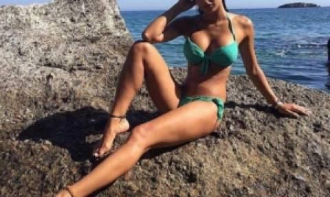 Ελληνίδα ηθοποιός στα βράχια με «καυτό» μπικίνι αναστατώνει την Κρήτη