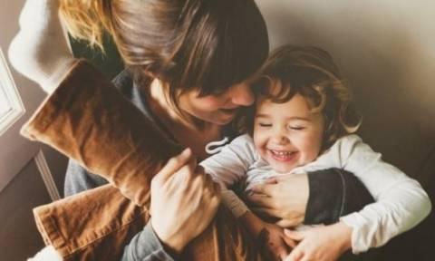 Επτά σημάδια ότι πρέπει να...χαλαρώσετε με το ρόλο της μαμάς!