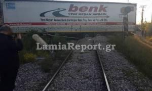 Φθιώτιδα: Σφοδρή σύγκρουση νταλίκας με τρένο που μετέφερε εκατοντάδες επιβάτες (pics)