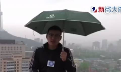 Βίντεο σοκ: Κεραυνός χτυπά μετεωρολόγο σε ζωντανή μετάδοση! (vid)